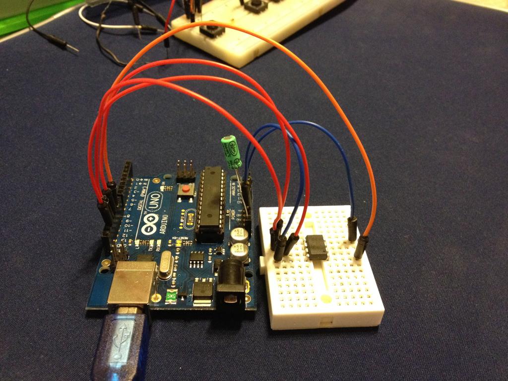 Programando ATtiny85 con Arduino - Montaje real